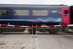 Trein die vlakke kruising overgaat stock fotografie