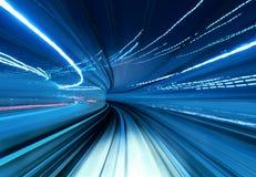 Trein die zich snel in tunnel bewegen Stock Afbeelding