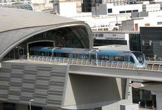 Trein die zich uit van een metro post in Doubai bewegen Royalty-vrije Stock Foto's