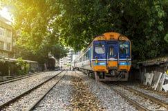 Trein Diesel railcar door buurten van spoorweggemeenschap royalty-vrije stock fotografie
