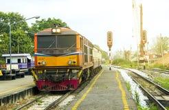 Trein door Diesel Elektrische locomotieven bij station wordt geleid dat royalty-vrije stock fotografie