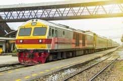 Trein door Diesel Elektrische locomotieven bij station wordt geleid dat royalty-vrije stock foto's