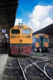 Trein door het station stock afbeelding