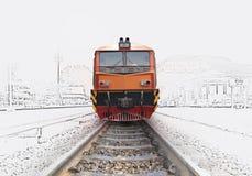 Trein door het station royalty-vrije stock afbeelding
