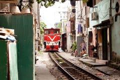 Trein in een smalle straat Stock Foto's