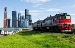 Trein en de stad royalty-vrije stock foto's