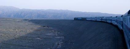 Trein en woestijn stock afbeelding