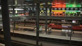 Trein in het centrale station van Berlijn met een stock video