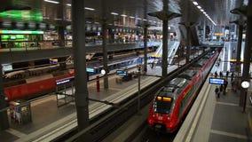 Trein in het centrale station van Berlijn met heel wat kleurrijke winkels stock footage