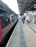 Trein in het hele land in derbystation Royalty-vrije Stock Foto