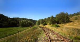 Trein in het landschap stock afbeeldingen