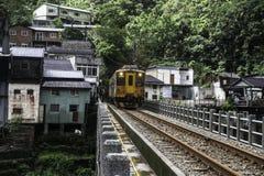 Trein in het Taiwanese platteland royalty-vrije stock afbeelding
