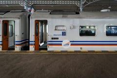 Trein in Indonesië in Yogyakarta door PT Kereta die Api in werking wordt gesteld royalty-vrije stock fotografie