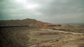 Trein lhasa-Peking die zich op het Tibetaanse plateau bewegen stock video