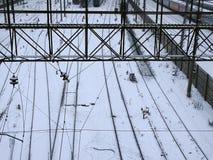 Trein met sneeuw op spoorweg wordt behandeld die stock foto