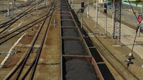 Trein met steenkool wordt geladen die stock video