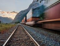 Trein in Nationaal Park Yoho die dichtbij Pas schopt Stock Fotografie