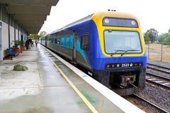 Trein (NSW TrainLink Xplorer nummer 2523) klaar om de post van Canberra te verlaten Stock Fotografie