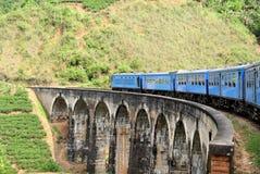 Trein op brug in heuvelland van Sri Lanka Stock Afbeeldingen