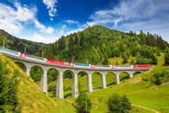 Trein op de beroemde brug van het landwasserviaduct, Zwitserland stock foto's