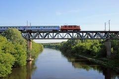 Trein op de brug stock afbeelding