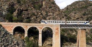 Trein op de brug door een afgrond, Corsica Royalty-vrije Stock Afbeeldingen