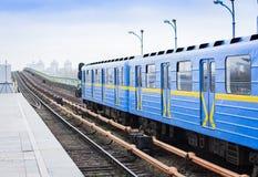 Trein op de metro metrobrug over de rivier Dnieper in Kiev, de Oekraïne royalty-vrije stock foto's