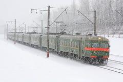 Trein op de sneeuwspoorweg Stock Foto