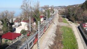 Trein op de spoorweg stock footage