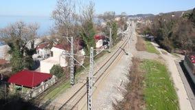 Trein op de spoorweg stock video