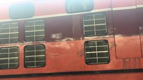 Trein op de spoorweg die doorgaan stock footage