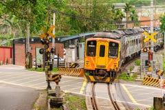 Trein op de spoorweg in Taiwan stock afbeeldingen