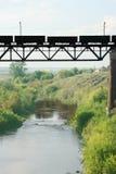Trein op een brug. Stock Afbeeldingen