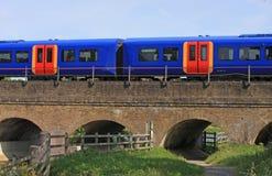 Trein op een viaduct Royalty-vrije Stock Afbeelding
