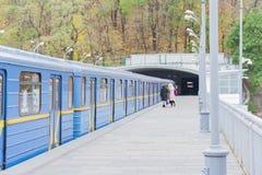 Trein op metro metrobrug over de rivier Dnieper, Kiev, de Oekraïne stock fotografie