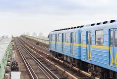Trein op metro metrobrug over de rivier Dnieper, Kiev, de Oekraïne royalty-vrije stock afbeeldingen