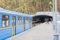 Trein op metro metrobrug over de rivier Dnieper, Kiev, de Oekraïne royalty-vrije stock fotografie