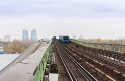 Trein op metro metrobrug over de rivier Dnieper, Kiev, de Oekraïne stock afbeeldingen