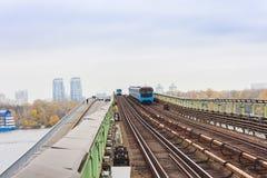 Trein op metro metrobrug over de rivier Dnieper, Kiev, de Oekraïne stock foto