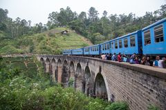 Trein op Negen Boogbrug in Demodara, Sri Lanka stock fotografie