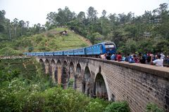 Trein op Negen Boogbrug in Demodara, Sri Lanka stock afbeelding