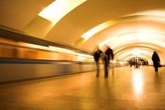 Trein op ondergrondse post Stock Afbeelding