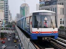 Trein op Opgeheven Spoorweg in Bangkok Royalty-vrije Stock Foto's
