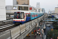 Trein op Opgeheven Spoorweg in Bangkok Stock Fotografie