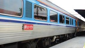 Trein op spoorweg bij bangpa-in Post in Ayutthaya Thailand stock video