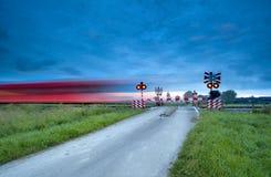 Trein op spoorweg met lange blootstelling Stock Fotografie
