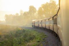 Trein op Spoorwegspoor tijdens de herfst mistige ochtend in countrysi Royalty-vrije Stock Afbeeldingen