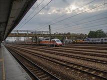 trein paralle het spoor Stock Foto's
