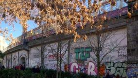 Trein s-Bahn die op een opgeheven sectie van spoorweg naar Museumeiland reizen, Berlijn, Duitsland, 4K met geluid stock videobeelden