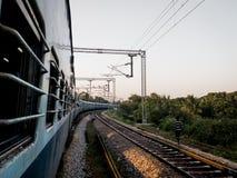 Trein samen met sporen stock afbeelding